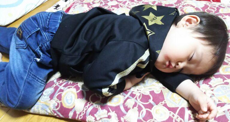 寝ている2歳の子供