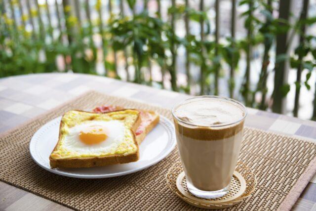 マンションのベランダで朝食を