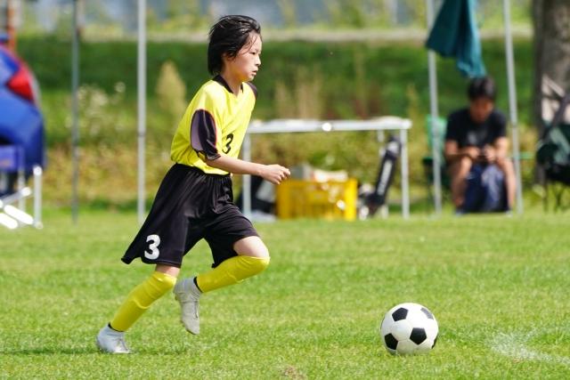 子どもがサッカーの試合