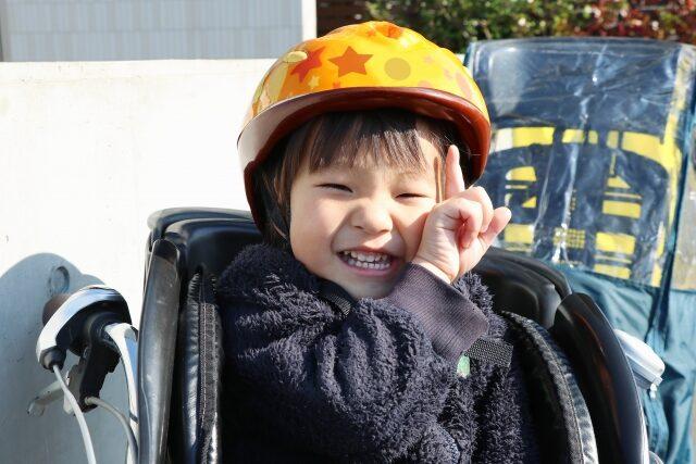 自転車に乗せた子供