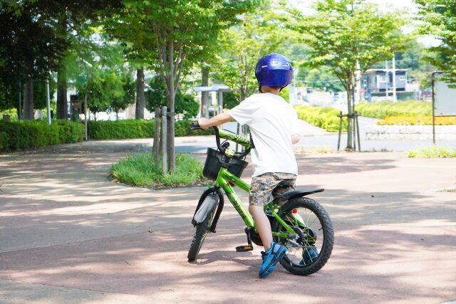 自転車の練習をする子供
